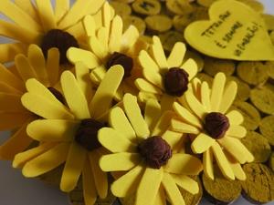 Um Coração Florido. As flores representam a tradição de se oferecerem buquês no Dia da Mãe, bem como todo o simbolismo associado à Primavera e suas flores: nascimento, renovação da vida, um novo ciclo da  Natureza, entre outros.