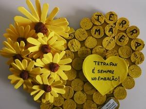 """Terra Mãe!  A imagem ilustra o trabalho na sua totalidade, onde através das palavras """"Terra"""" e """"Mãe"""" se estabelece uma analogia entre a generosidade característica das Mães e o que a Terra nos dá!  Este coração foi elaborado pela aluna Ana Rodrigues."""