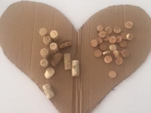 Recorte do cartão em forma de coração e corte das rolhas de cortiça para posterior colagem.