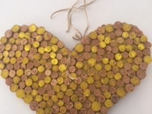 Preenchimento do coração com as rolhas de cortiça e colagem( cola UHU) das rolhas de cortiça por detrás do coração. Pintura de algumas rolhas com a cor amarela( guache).