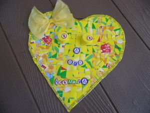 Família feliz! Coração colorido amor ao próximo, recorrendo a vários materiais reconstruir, reutilizaram e deram cor e sentido! Amar a progenitora mas o planeta que dá vida e cor!