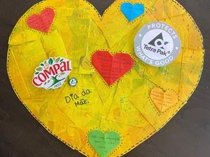 Coração Amarelo feito com embalagens tetra pak