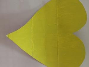 Foto 3 - Cartolina pintada de amarelo.