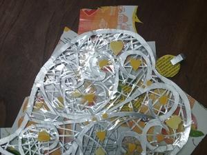 """4-Composição e sobreposição dos pormenores do """"Coração de Viana"""", representação da filigrana, sob o puzzle de recortes das embalagens;"""