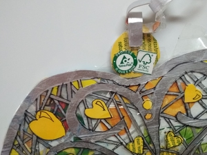 """5-Sobreposição da """"Filigrana"""" sob os recortes das embalagens e detalhe do logotipo, pormenor Tetra Pak e FSC; pormenor do fio;"""