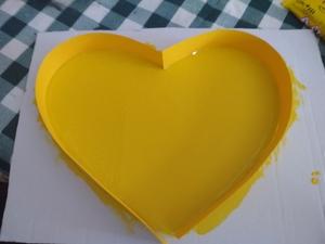 Foi feito um coração em tetra pack e pintado.