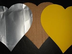 Depois de desenhados os corações em papel, cartão e tetrapak, passou-se ao respetivo recorte.