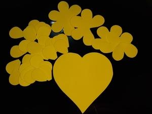Recortes da decoração: pétalas e flores.